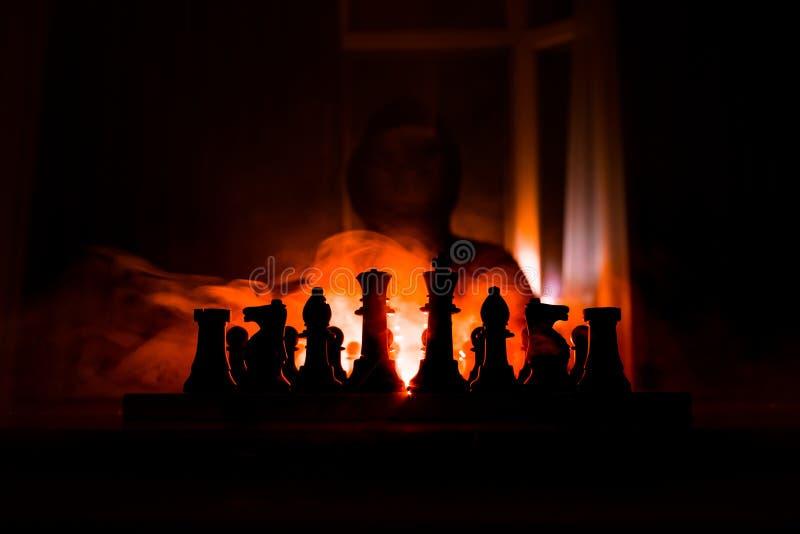 Mann, der Schach spielt Furchtsames unscharfes Schattenbild einer Person am Schachbrett mit Schach stellt dar Dunkler getonter ne stockbilder