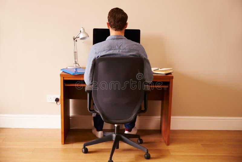Mann, der am Schreibtisch arbeitet am Computer im Innenministerium sitzt lizenzfreie stockfotos