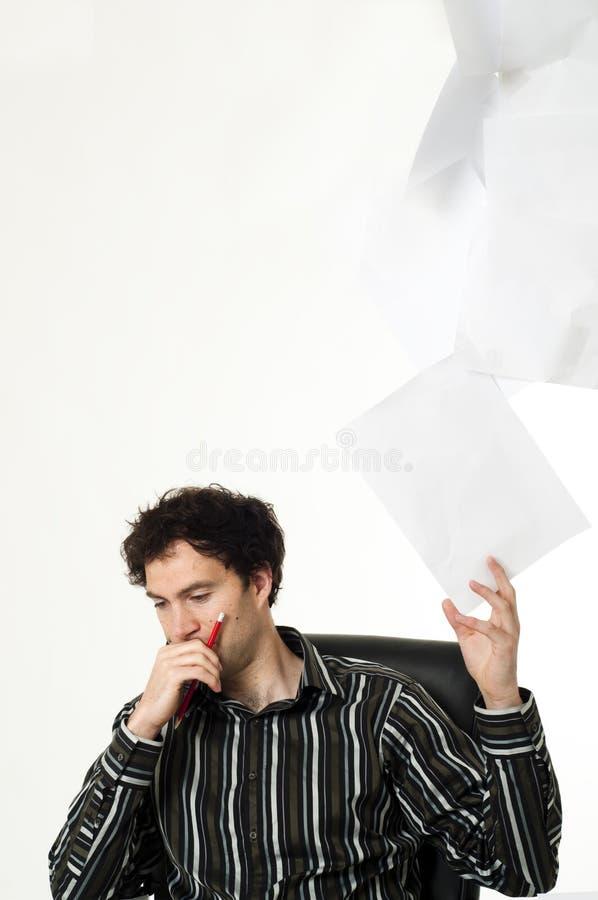 Mann, der am Schreibtisch sitzt lizenzfreie stockbilder