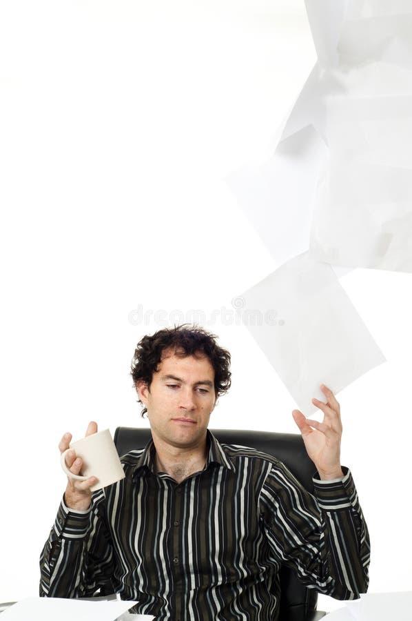 Mann, der am Schreibtisch sitzt lizenzfreies stockbild
