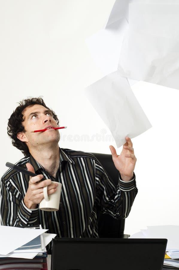 Mann, der am Schreibtisch sitzt stockfoto