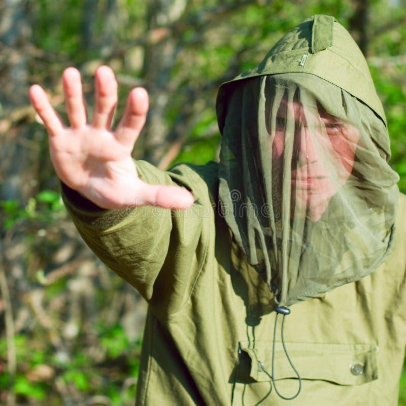 Mann in der Schutzkleidung der Gehirnentzündung lizenzfreies stockbild