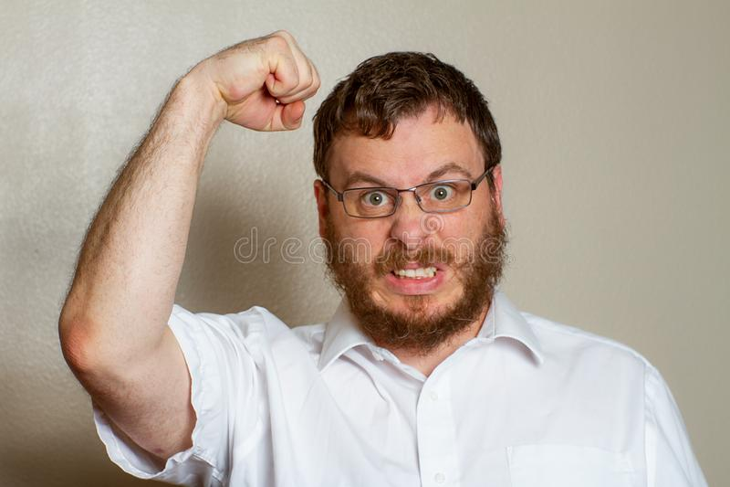 Mann, der sehr verärgert ist stockbild