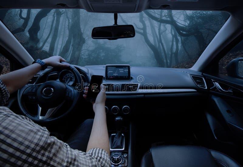 Mann, der sein Auto antreibt Verloren im Dschungel stockbilder