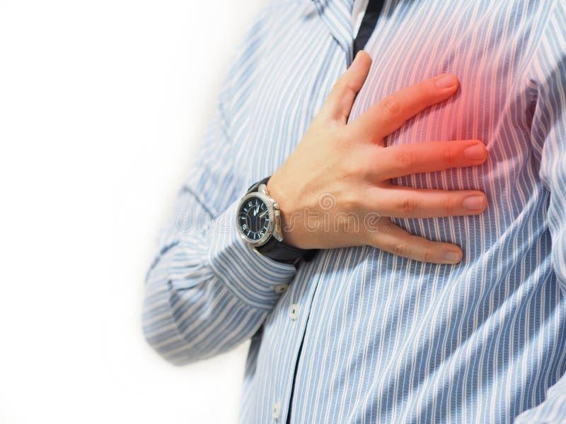 Mann, der sein Herz mit seiner Hand h?lt stockfoto