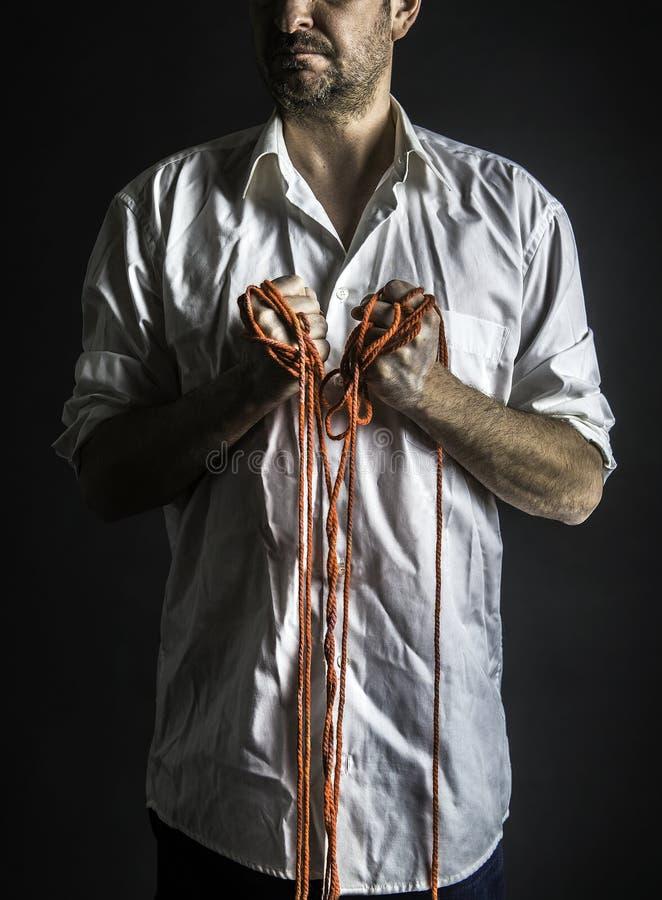 Mann, der seine Fäuste zeigt stockfotos