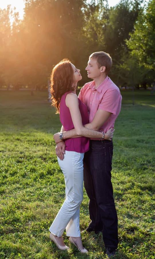 Mann, der seine Frau in der Natur umfasst lizenzfreies stockbild