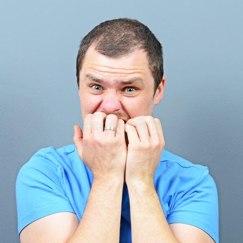 Mann, der seine Nägel - Konzept der schlechten Gewohnheit beißt lizenzfreies stockfoto