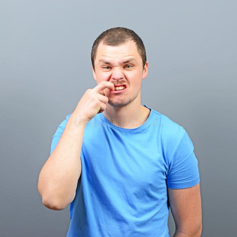 Mann, der seine Nägel - Konzept der schlechten Gewohnheit beißt lizenzfreie stockfotografie