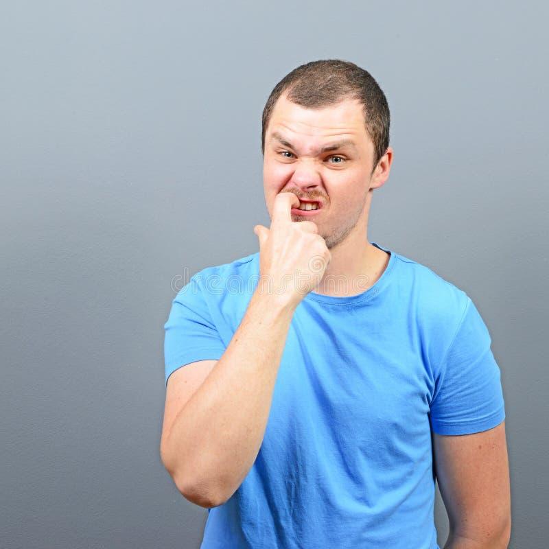 Mann, der seine Nägel - Konzept der schlechten Gewohnheit beißt stockfotos