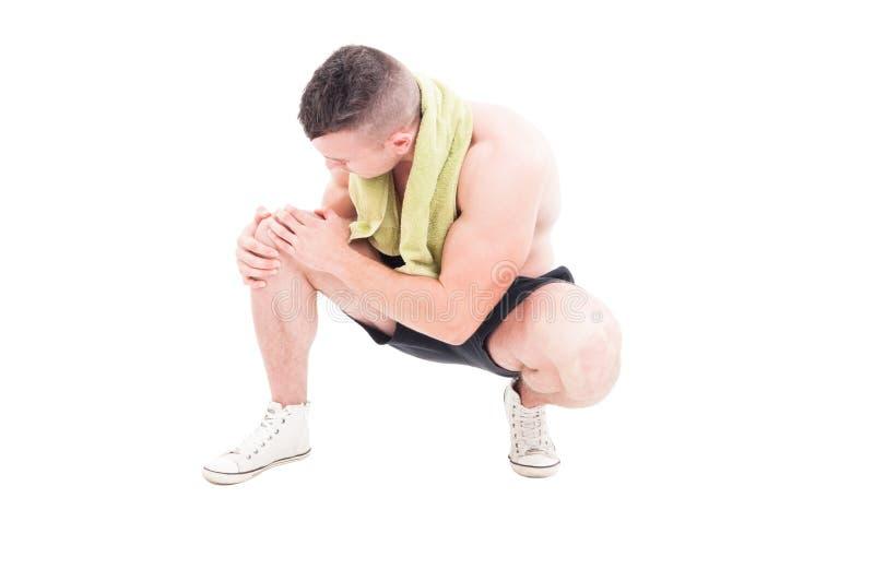 Mann, der seine Schmerzen und schmerzliches Knie hält lizenzfreies stockfoto