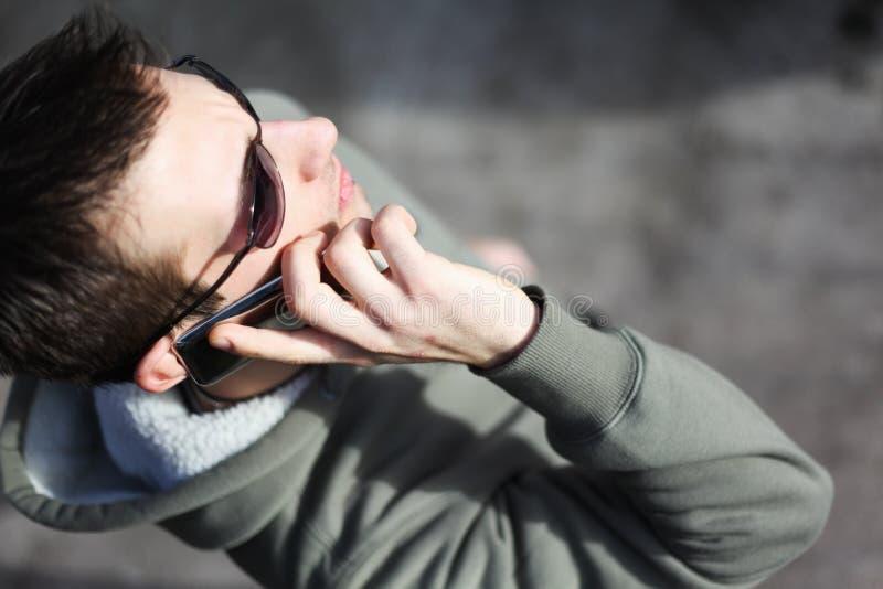 Mann, der an seinem Handy spricht stockfoto