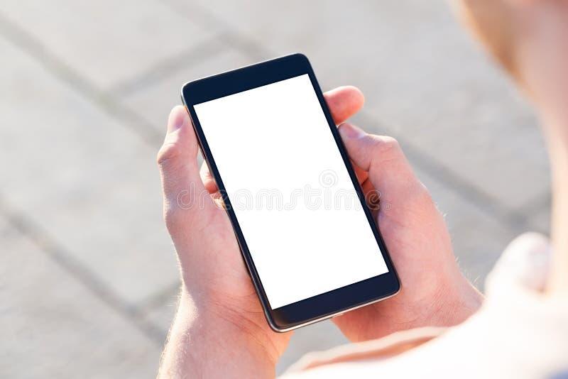 Mann, der seinen Handy im Freien verwendet lizenzfreies stockfoto