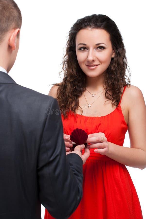 Mann, der seiner Freundin ein Angebot bildet lizenzfreie stockfotos