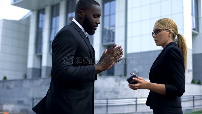Mann, der sich oben bei Damenangestelltem für Versuch von Auswahl, geschäftliche Beziehungen entschuldigt stockfotos
