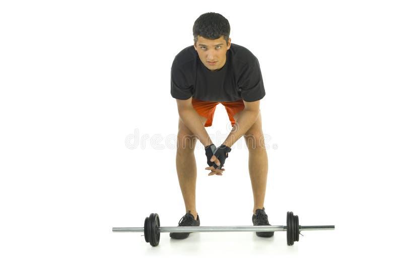Mann, der sich vorbereitet, Gewichte anzuheben lizenzfreie stockfotografie