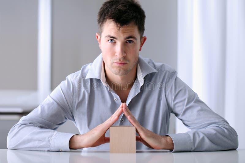 Mann, der Sicherheit Ihrer Hausversicherung anbietet stockbild