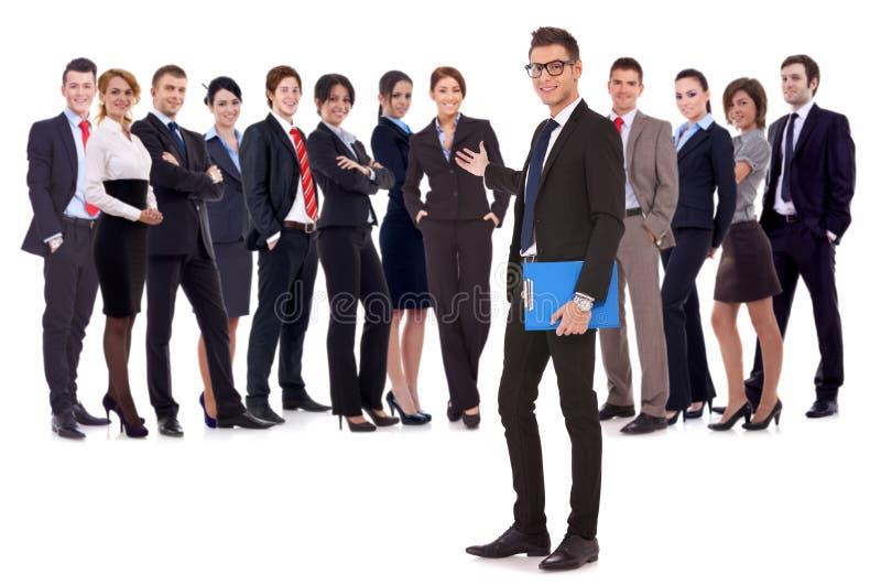 Mann, der Sie zu seinem Geschäftsteam begrüßt stockbild