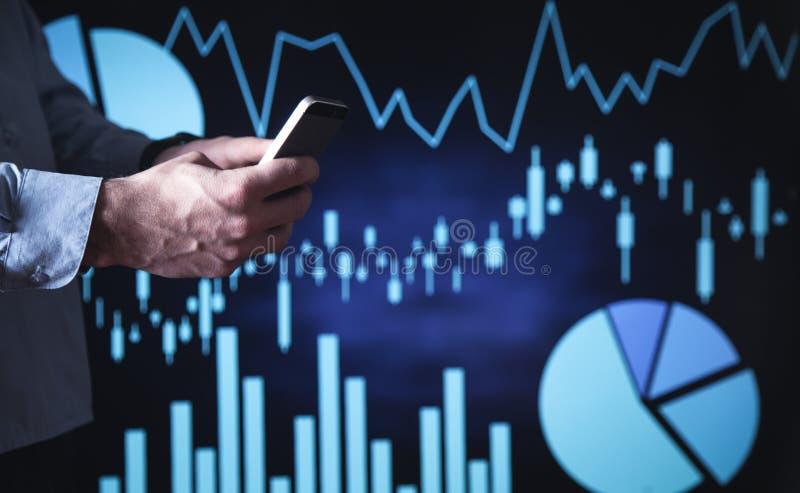 Mann, der Smartphone verwendet Geschäftswachstum, Investition On-line-Börse lizenzfreie stockfotografie