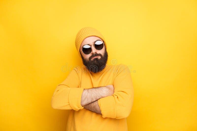 Mann in der Sonnenbrille, die stolz sich fühlt stockbild