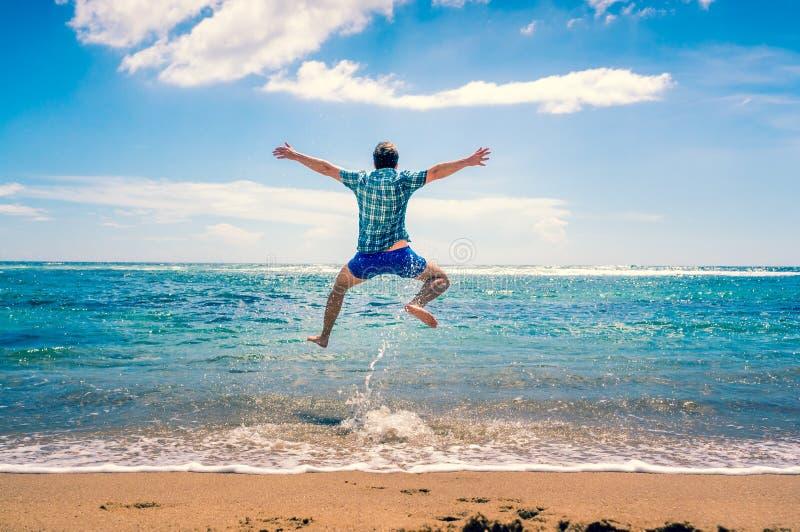 Mann, der Spaß am Strand hat lizenzfreies stockfoto