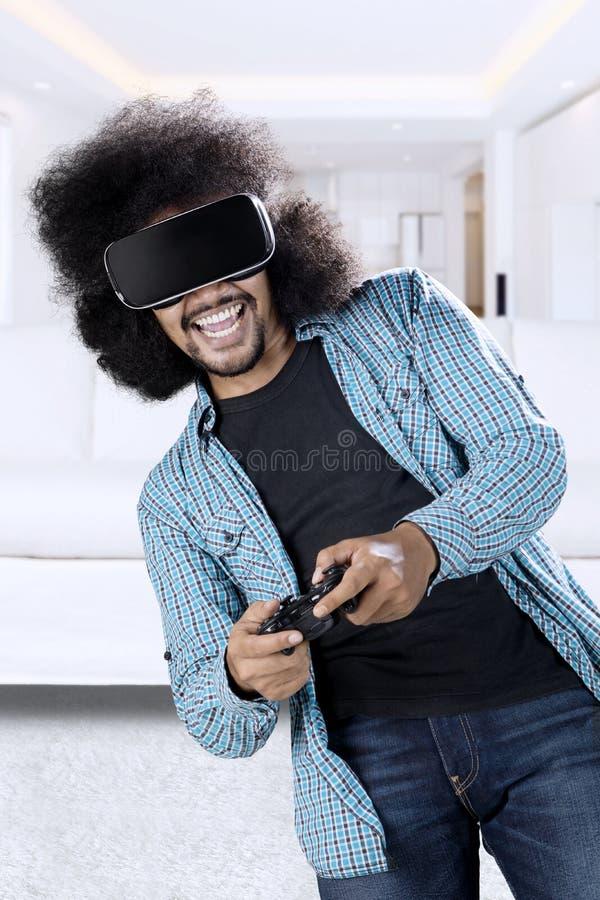 Mann, der Spiel mit Gläsern der virtuellen Realität spielt lizenzfreie stockfotografie