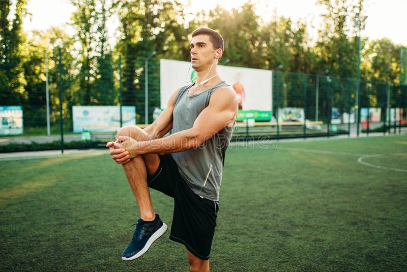 Mann in der Sportkleidung bereitet sich für Training im Freien vor lizenzfreies stockfoto