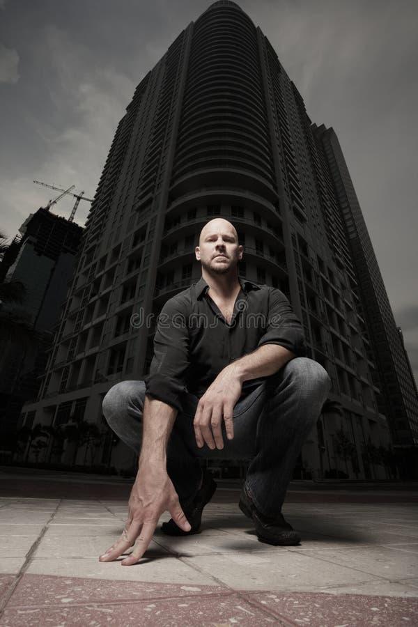 Mann in der Stadt nachts stockfotografie