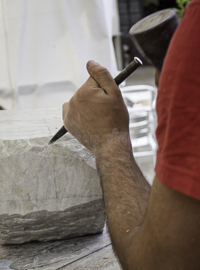 Mann, der Stein bearbeitet und schnitzt lizenzfreie stockfotografie