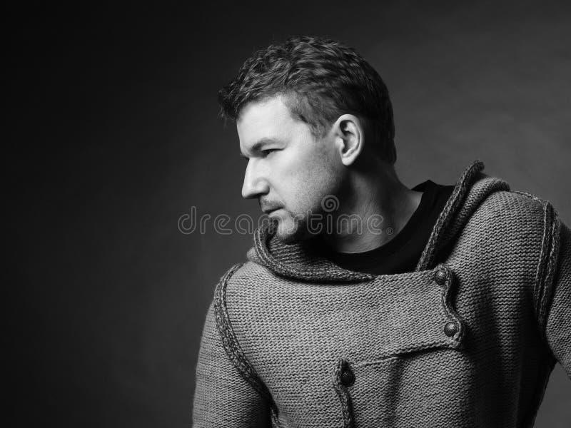 Mann in der Strickjacke stockfoto