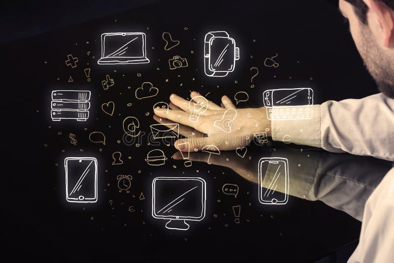 Mann, der Tabellentablettenhandnotenschnittstelle mit Medienikonen bedrängt stockbilder