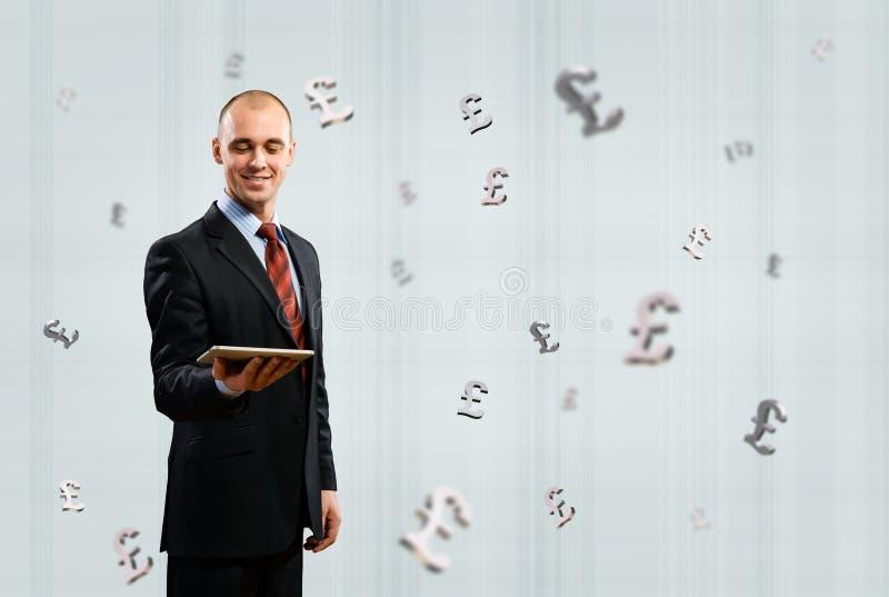 Mann, der Tablette hält lizenzfreie stockfotografie