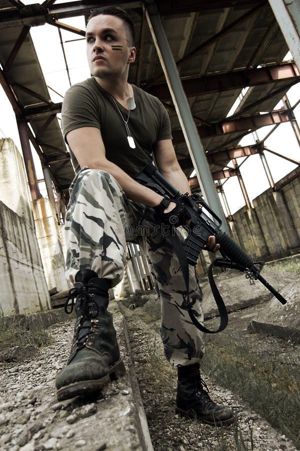 Mann in der Tarnung mit pneumatischer Gewehr lizenzfreies stockfoto
