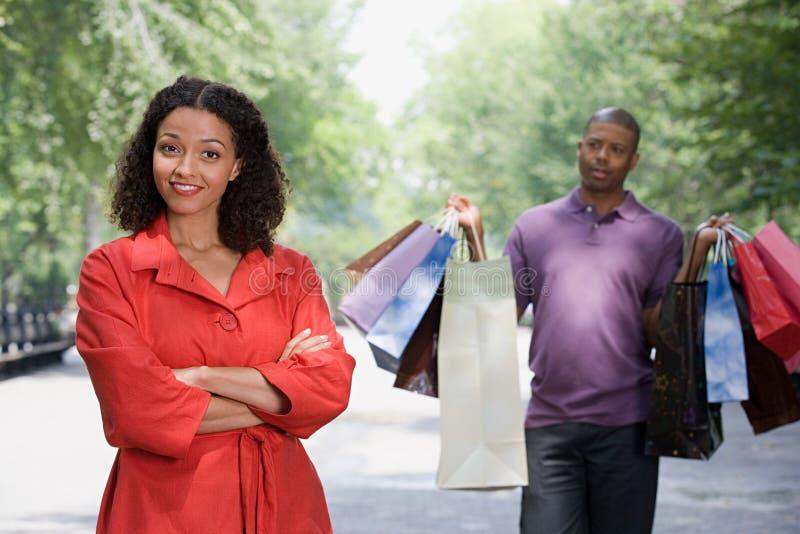 Mann, der Taschen für Frau hält lizenzfreies stockbild