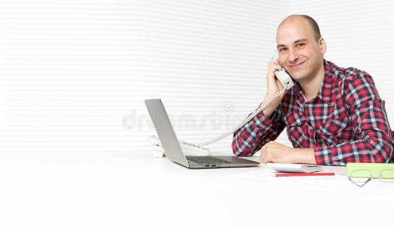 Mann, der am Telefon spricht stockbild