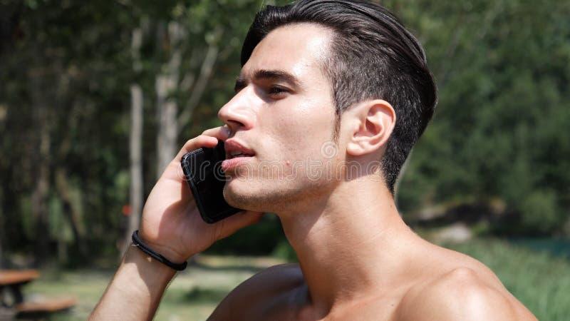 Mann, der Telefonanruf am See macht lizenzfreie stockfotos