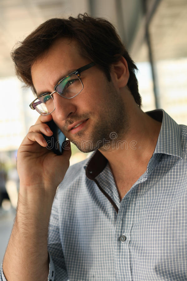 Mann, der Telefongespräch hat lizenzfreies stockfoto