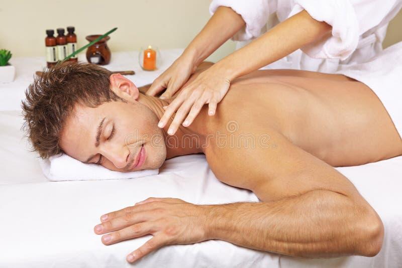 Mann, der thailändische Massage im Tagesbadekurort erhält stockfoto
