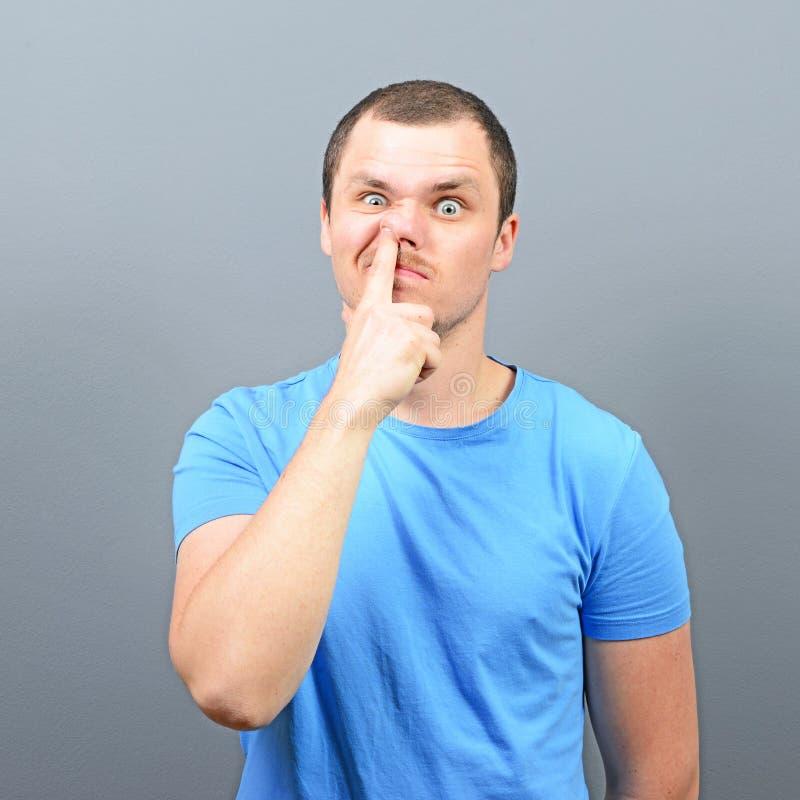 Mann, der tief Finger in seine Nase - Konzept der schlechten Gewohnheit einsetzt lizenzfreie stockfotos