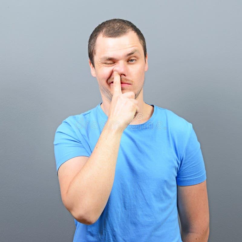 Mann, der tief Finger in seine Nase - Konzept der schlechten Gewohnheit einsetzt stockbild