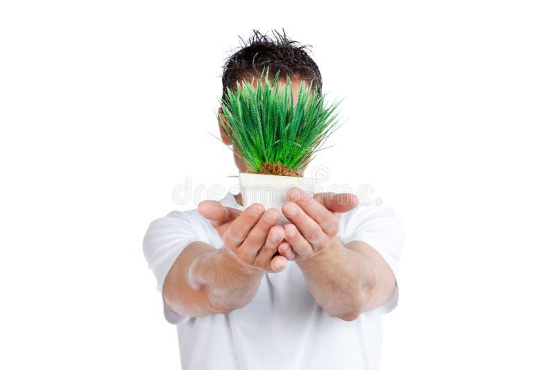 Mann, der Topfpflanze hält lizenzfreies stockbild