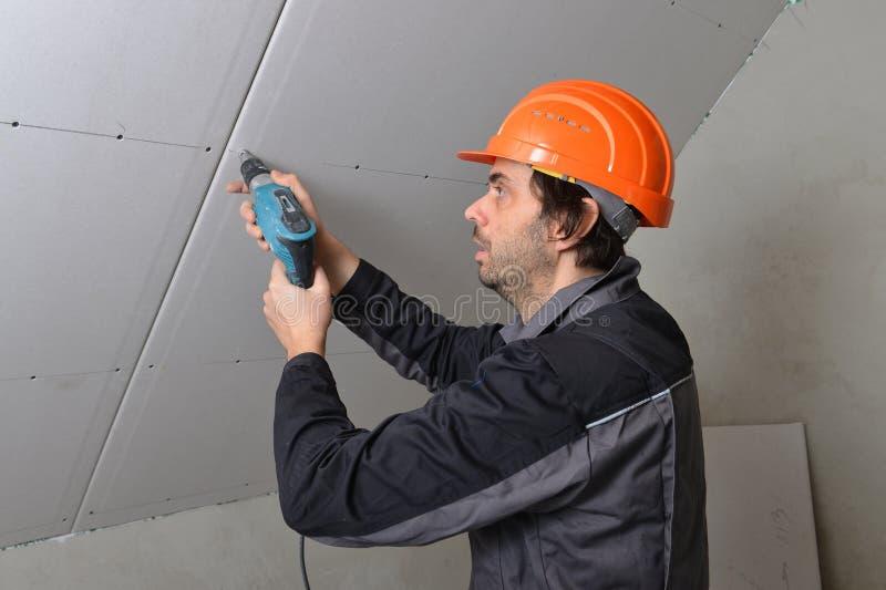 Mann, der Trockenmauer installiert lizenzfreie stockbilder