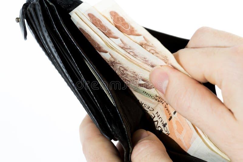 Mann, der tschechisches Geld aus Geldbörse heraus nimmt lizenzfreies stockfoto
