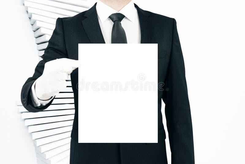 Mann, der unbelegtes Plakat anhält lizenzfreie stockfotografie