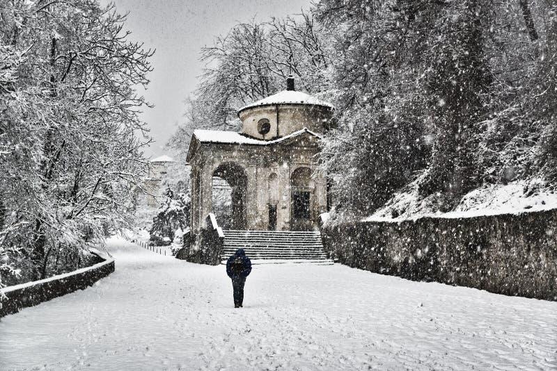 Mann, der unter den Schnee geht stockbilder