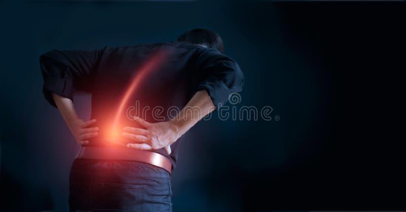 Mann, der unter Rückenschmerzenursache des Bürosyndroms, seine Hände sich berühren auf unterer Rückseite leidet Medizinisches und stockfotografie