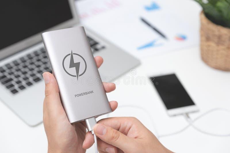 Mann, der USB-Ladegerät an intelligentes Telefon anschließt lizenzfreies stockfoto
