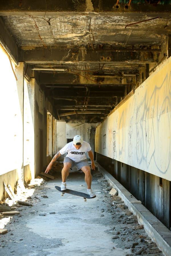 Mann, der in verlassenes Gebäude eisläuft lizenzfreies stockfoto
