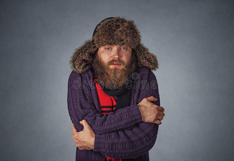 Mann, der versuchend aufzuwärmen sich umfasst lizenzfreie stockfotos