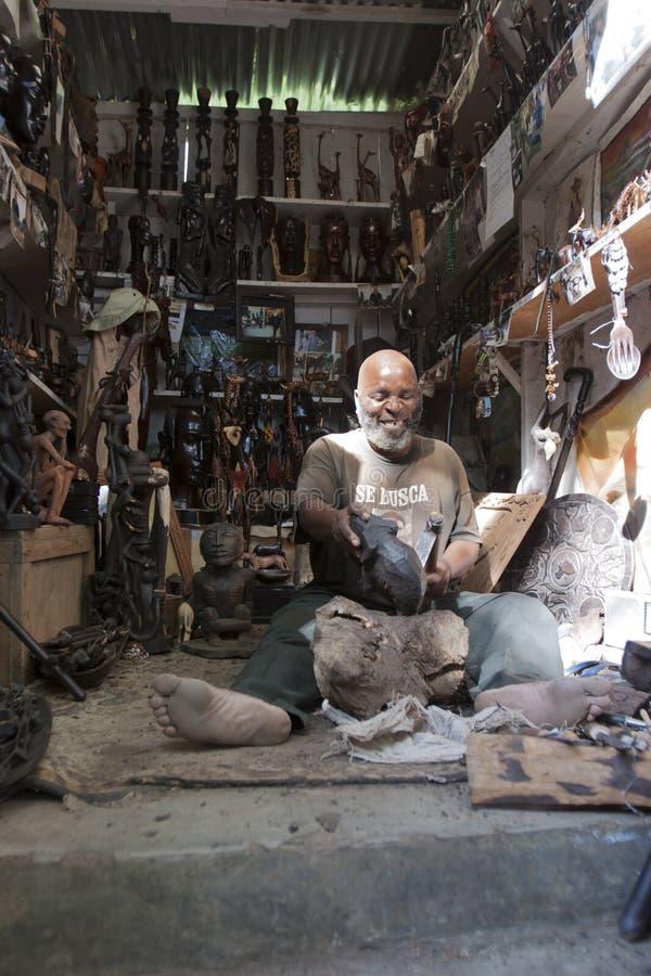 Mann, der Verzierungen in Afrika schnitzt stockfoto